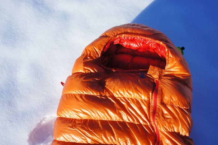 RV auf der Oberseite des Schlafsacks