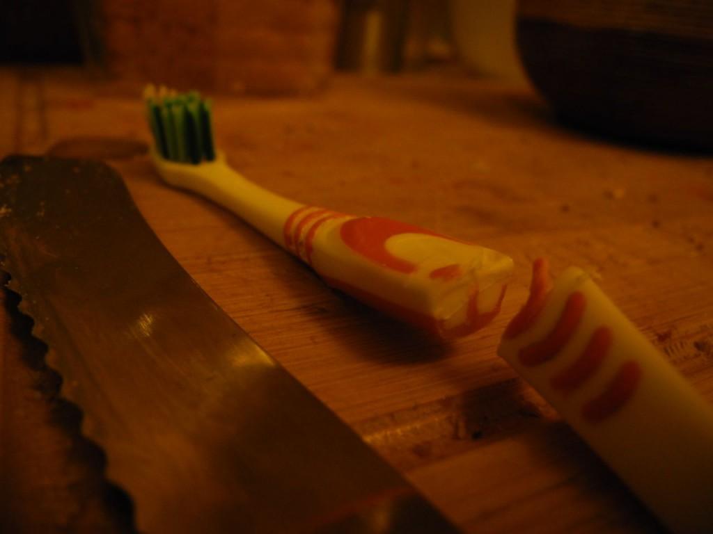 Jakobs Zahnbürste mit Brotmesser durchgesägt
